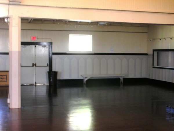 The southeast part of the hall. The sliding screens on the right side of the photo open into the kit